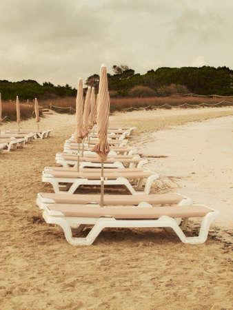 vetical: Hamacas en una playa vac�a al atardecer Espa�a Vetical tono c�lido