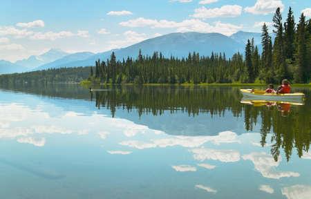 Canadian Landschaft mit dem Kanu in Pyramid Lake Standard-Bild