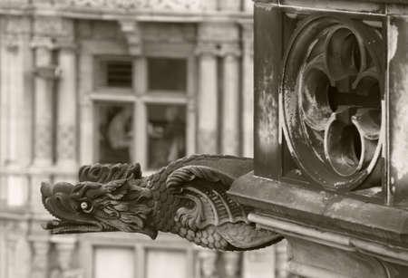 gargouille: Dragon Antique forme gargouille � �dimbourg, en �cosse. Royaume-Uni. Horizontal