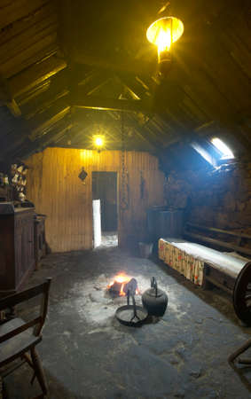 turba: Tradicional casa interior escoc�s con fuego de turba. Isla de Lewis. Reino Unido. Vertical