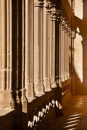 Colonnes romanes avec des ombres au coucher du soleil, en Navarre, en Espagne. Vertical
