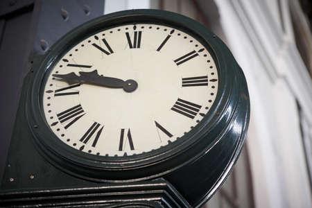 numeros romanos: Reloj de la estaci�n de ferrocarril envejecido con n�meros romanos. Horizontal