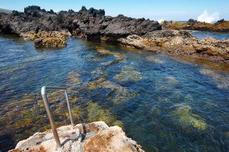 Rocky zwembad strand met trappen in Biscoitos. Terceira eiland. Azoren. Portugal Stockfoto