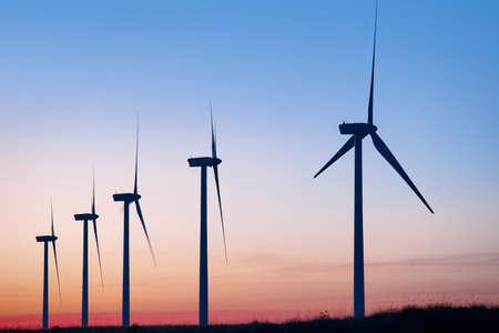 energías renovables: granja de molino de viento en la oscuridad. Calentamiento global. Energía sostenible. Poder