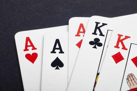 Poker-Kartenspiel mit Asse und Könige voll. Schwarzer Hintergrund. Horizontal Standard-Bild - 50475525