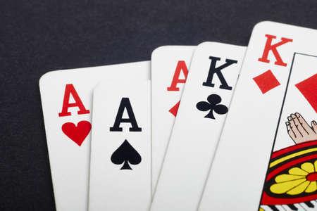 Poker-Kartenspiel mit Asse und Könige voll. Schwarzer Hintergrund. Horizontal Standard-Bild - 50709528