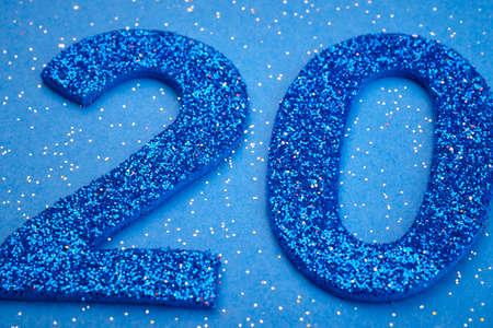 Número veinte de color azul sobre un fondo azul. Aniversario. Horizontal Foto de archivo - 53458988