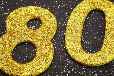 Zahl achtzig goldene Farbe auf einem schwarzen Hintergrund. Jahrestag. Horizontal Standard-Bild - 56289281