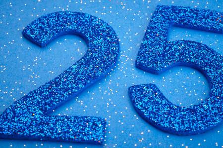 Número de color azul veinticinco sobre un fondo azul. Aniversario. Horizontal Foto de archivo - 56289312