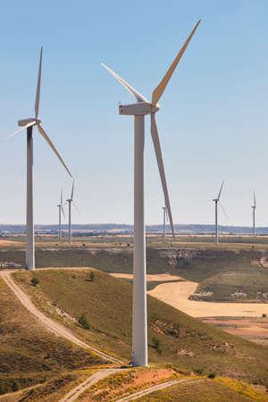 molino de agua: Las turbinas de viento en el campo. alternativa de energía renovable limpia. Vertical