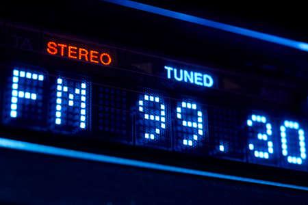 FM 튜너 라디오 디스플레이. 스테레오 디지털 주파수 방송국이 조정되었습니다. 수평 스톡 콘텐츠 - 66081717