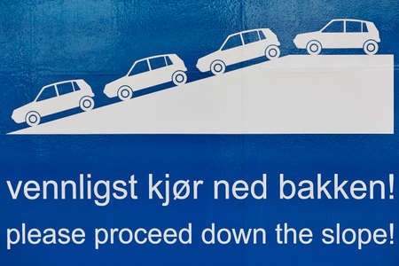 proceed: Traffic signal. Proceed down the slope. Norwegian language. Cruise travel