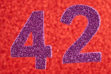 빨간색 배경 위에 번호 42 보라색 색상 스톡 콘텐츠