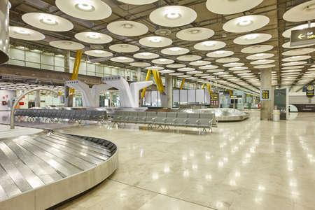 国際空港手荷物ベルト。誰も。背景を旅行します。水平方向