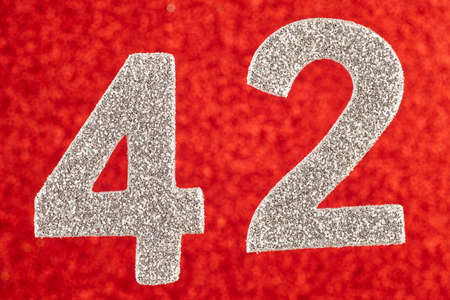 빨간색 배경 위에 번호 42 두 실버 색상. 기념일. 수평