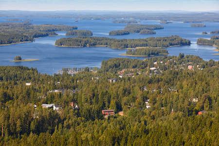 Kuopio-Dorf in Finnland. Insel, Waldsee. Finnische Landschaft. Horizontal