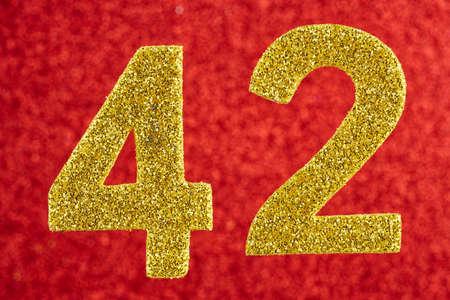 빨간색 배경 위에 번호 42 두 개의 노란색 색. 기념일. 수평