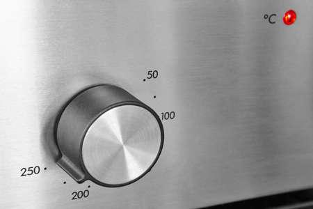 金属表面にオーブン ノブ詳細。厨房機器。水平方向