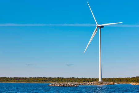 バルト海の風力タービン。再生可能なグリーンエネルギー。フィンランド 写真素材