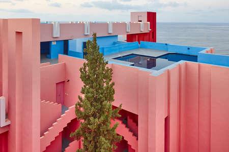 Conception de bâtiments géométriques. Le mur rouge, La manzanera. Calpe, Espagne