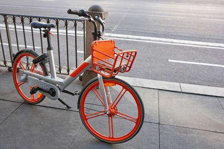 Urbane elektrische Batteriefahrräder in der Stadt. Öko-Transport