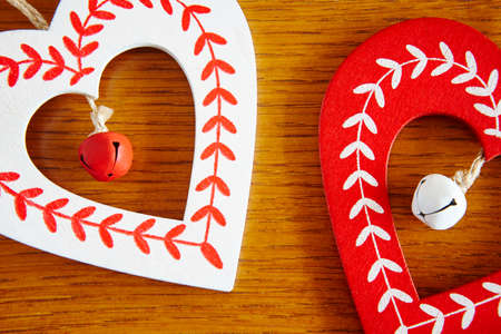 Christmas handmade wooden hearts in red and white color. Decoration Banco de Imagens - 121208598