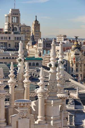 Centro della città dell'orizzonte di Madrid. Edifici tradizionali del centro. Viaggio in Spagna Archivio Fotografico