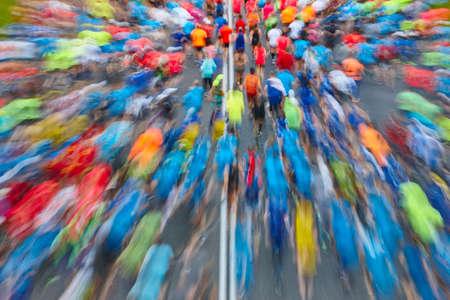 Corridori per strada. Atleti in movimento. Concorso urbano. Orizzontale