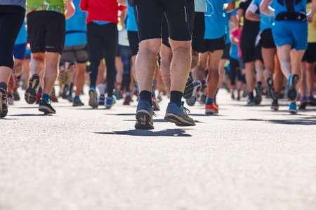 Les coureurs de marathon dans la rue. Mode de vie sain. Endurance de l'athlète
