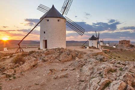 Molinos de viento antiguos tradicionales al atardecer en España. Consuegra, Toledo. Viaje