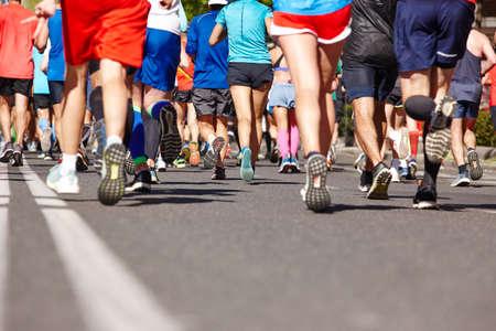 Corredores de maratón en la calle. Estilo de vida saludable. Resistencia del deportista urbano Foto de archivo