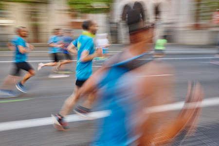 Marathonläufer in Bewegung auf der Straße. Gesunder Lebensstil. Ausübung