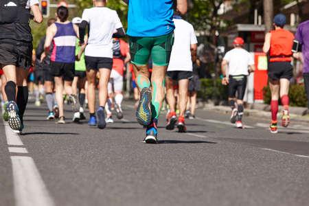 Corredores de maratón en la calle. Estilo de vida saludable. Resistencia del atleta