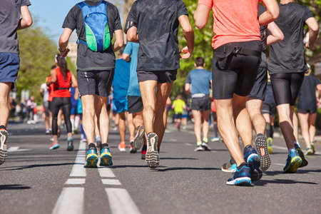 Marathonläufer auf der Straße. Gesunder Lebensstil. Ausdauer für urbane Sportler