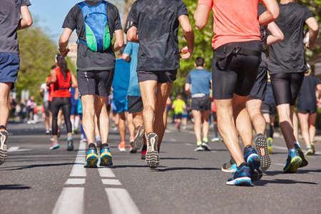 Marathonlopers op straat. Gezonde levensstijl. Uithoudingsvermogen van stedelijke atleet