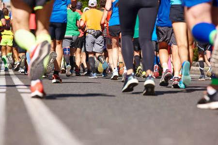 Corredores de maratón en la calle. Estilo de vida saludable. Resistencia del atleta Foto de archivo