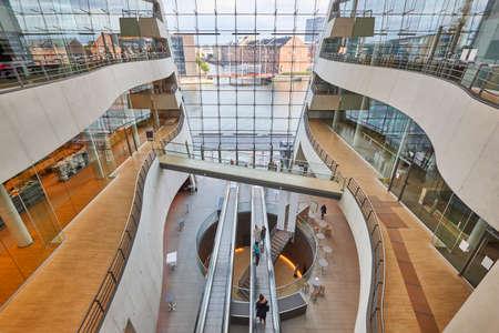 Kanały kopenhaskie oglądane z biblioteki nowoczesnego budynku z czarnego diamentu. Dania Zdjęcie Seryjne
