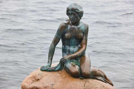 Posąg małej syrenki w Kopenhadze. Charakterystyczna atrakcja turystyczna w Danii Zdjęcie Seryjne