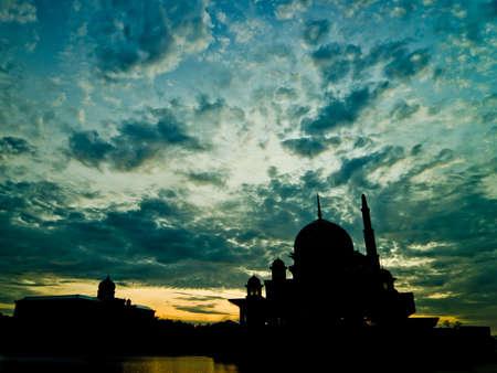 剪影Putrajaya清真寺和办公楼