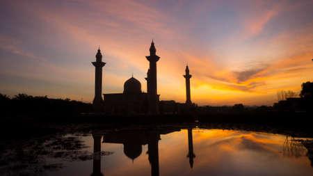 马来西亚武吉耶鲁通的东古安汶祈祷清真寺日出时的剪影
