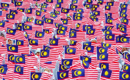 学生は ' Jalur Gemilang' マレーシアのフラグを保持します。
