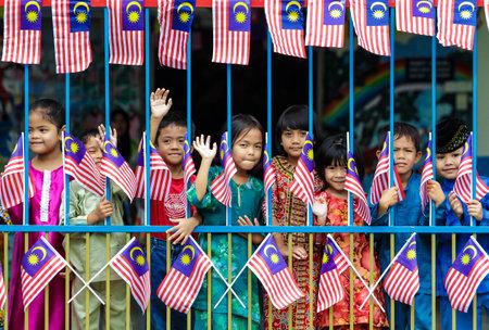 """MALACCA, Malajsie - 27. srpna 2010: děti s vlajkou Malajsie """"Jalur Gemilang"""". Redakční"""
