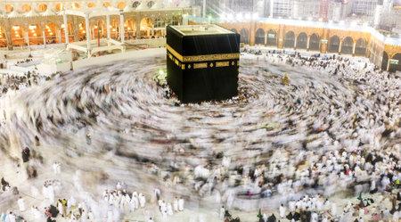 世界 circumabulate (tawaf) Masjidil ハラームは、サウジアラビア ・ メッカのカーバ神殿の周りすべてからのイスラム教徒の巡礼者。
