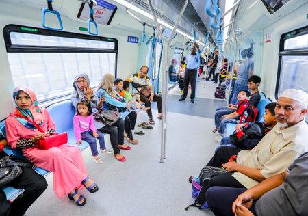 People inside Malaysia MRT (Mass Rapid Transit) train. 新聞圖片