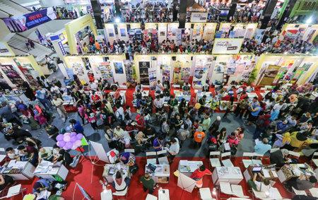 クアラルンプール、マレーシア - MAC 12、2016: 人々 は、マッタフェア中最高、格安バケーション パッケージを探しています。