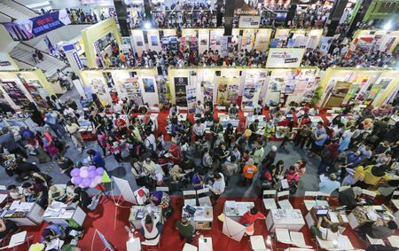 KUALA LUMPUR, MALAYSIA - MAC 12, 2016 : People are looking for the best and cheap vacation packages during MATTA Fair. Redakční