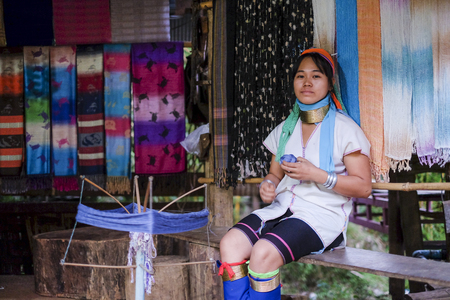 MAE HONG SON, THAILAND - DECEMBER 18, 2015 : Long neck lady from Kayan Lahwi tribe known for wearing neck rings, brass coils to extend the neck at Karen Long Neck Village. Redakční