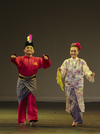 クアラルンプール、マレーシア - 2016 年 11 月 15 日: 男性と女性の公共のイベント中にマレーシアの伝統的なダンスを実行します。 報道画像