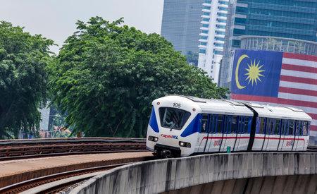 クアラルンプール、マレーシア - 2017 年 9 月 12 日: マレーシア光鉄道運輸 (LRT) 鉄道高速鉄道またはサービス ブランド本が運営。人々 の仕事への交通