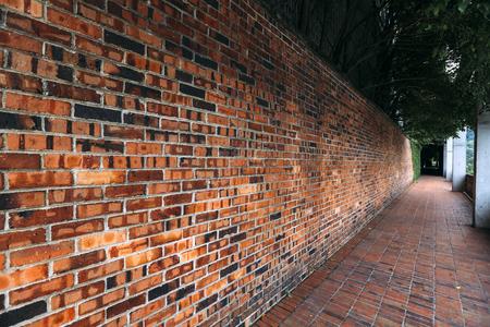 Perspectief, zijaanzicht van de oude rode achtergrond van de bakstenen muurtextuur. Stockfoto